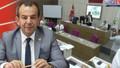 Tanju Özcan, belediye meclisinde AKP'li üyelere çay fırlattı