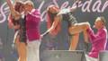 Serdar Ortaç sahnede kendinden geçti! Önce sarmaş dolaş dans etti sonra bacağını okşadı