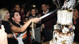Ünlü şarkıcı yaşgününde 3 pasta kesti!