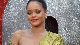 Rihanna'dan babasına soyadı davası!
