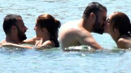 Ünlü oyuncu ve eşi denizde aşka geldi!