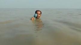 Pakistanlı muhabirin akılalmaz sel anonsu...