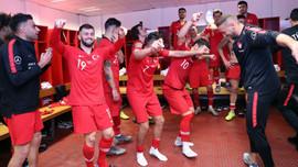 Milli futbolcular soyunma odasında misket oynadı