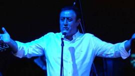 Mahmut Tuncer yardım konserinde rock söyledi