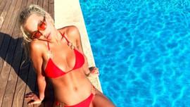 Rita Ora üstsüz fotoğrafını paylaştı!