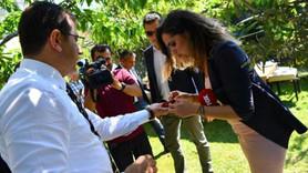 Ekrem İmamoğlu gazeteciler için kiraz topladı
