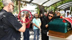 Enis Fosforoğlu'nun cenazesinde skandal kare