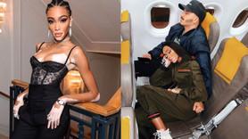 Ünlü modelin uçakta verdiği poz başına bela oldu!