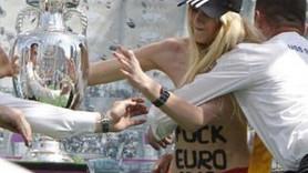 YARI ÇIPLAK FEMEN'DEN GÖRÜLMEMİŞ BİR EYLEM DAHA!