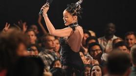 Rihanna transparan elbisesiyle büyüledi