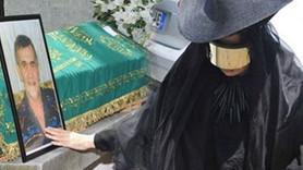 Cenazede giydiği kıyafet sosyal medyası salladı: Kaynak işine girmiş!
