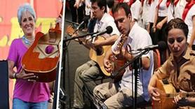 Grup Yorum, Joan Baez'e polisin kırdığı gitarı hediye etti!