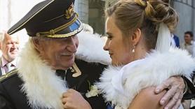 Ünlü aktör 60 yaş küçük öğrencisiyle evlendi!