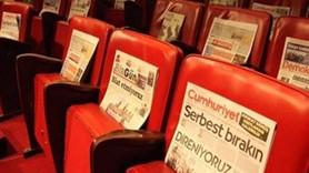 Ankara Sanat Tiyatrosu izleyicilere gazete dağıttı: Seyirci kalmayacağız