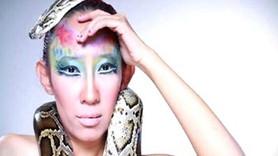Ünlü şarkıcıyı sahnede yılan soktu, öldürdü