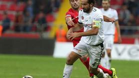 Ünlü futbolcu 'eşcinsel' haberlerine ateş püskürdü: Alçak bir saldırının...