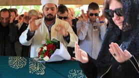 Ünlü şarkıcı eşinin cenazesinde saf tutup cenaze namazı kıldı!