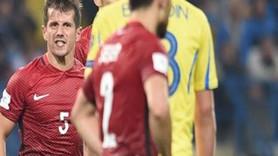 Emre, Ukrayna maçı sonunda milli oyuncuya küfür etti: Senin oynayacağın topu s...