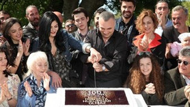 100.bölümü pasta keserek kutladılar...