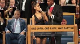Ünlü şarkıcıya cenaze töreninde taciz skandalı! Rahip özür diledi...