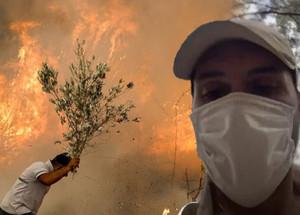 Ünlü oyuncu yangın söndürme çalışmalarına katıldı