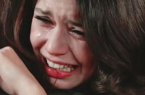 Beren Saat gözyaşları içinde poz verdi