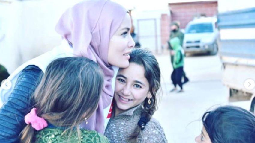 Tesettüre giren Gamze Özçelik İdlib'e gitti