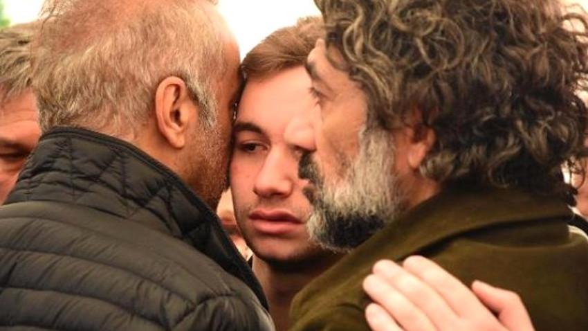 Babasının tabutu başında fenalaştı, Yılmaz Erdoğan teselli etti!