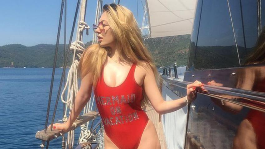 Yasmin Erbil'den bikinili selfie