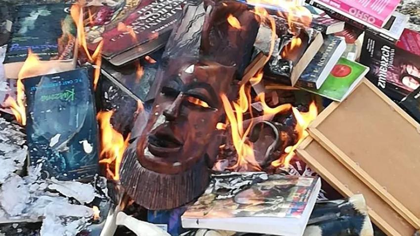'Dine aykırı' dedikleri Harry Potter kitaplarını yaktılar