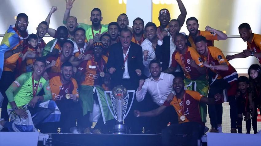 Galatasaray 22. şampiyonluk kupasını kaldırdı! Gala gecesine damga vuran olay!