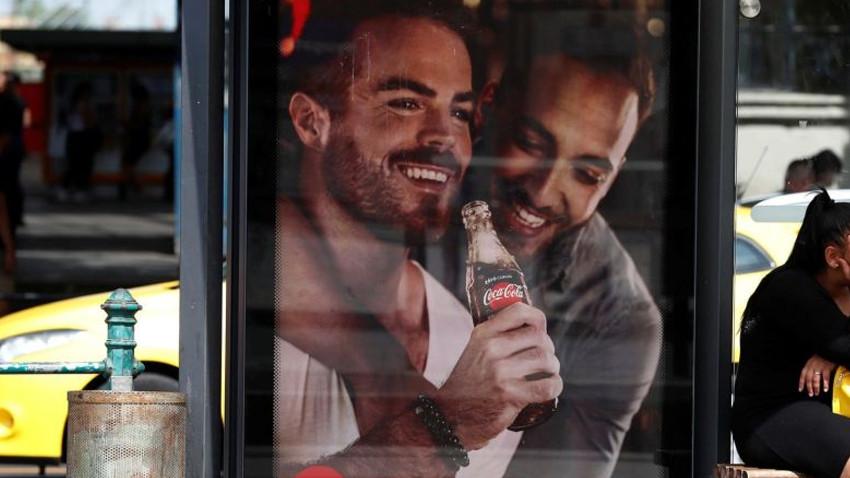 Coca-Cola afişi ülkeyi karıştırdı!