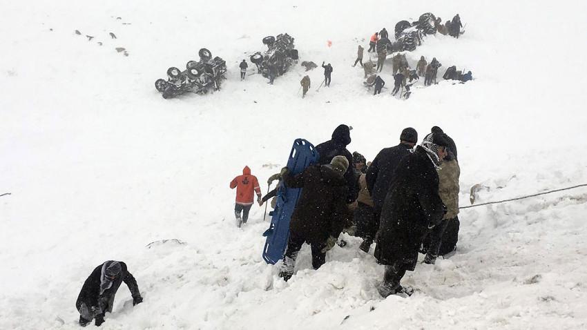 Van'da facia: 50 kişi çığ altında kaldı
