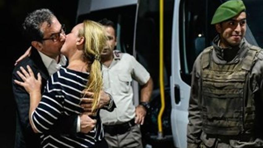 Ertuğrul Özkök Kadri Gürsel'in öpüşmesini böyle yorumladı: 'Türkiye'den dünyaya giden en güzel fotoğraf'