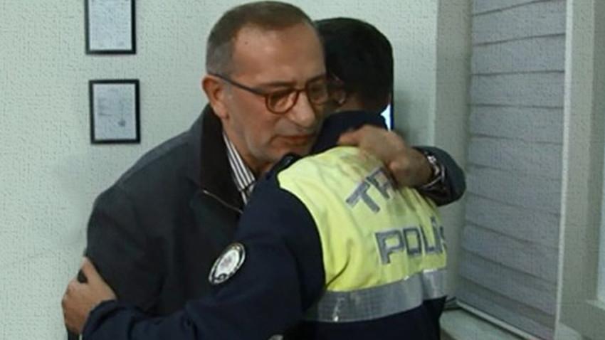 Küfür etmişti... Fatih Altaylı kameralar önünde o polisten özür diledi!