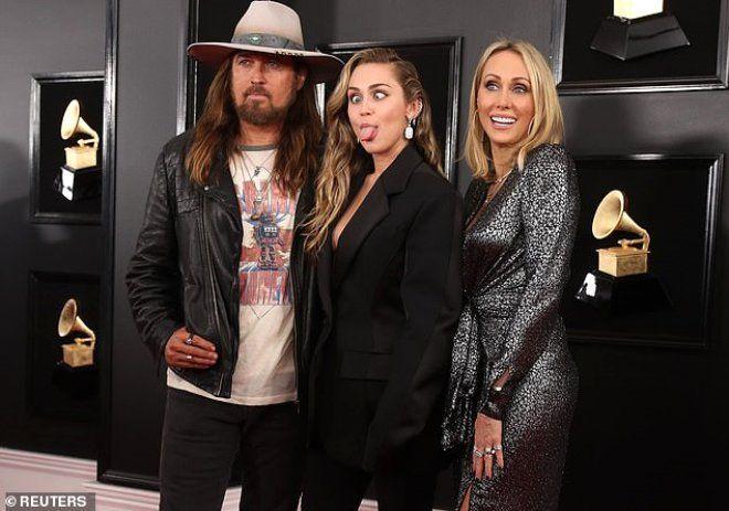 Miley Cyrus, iç çamaşırsız ceket takımıyla yürek hoplattı - Sayfa 4