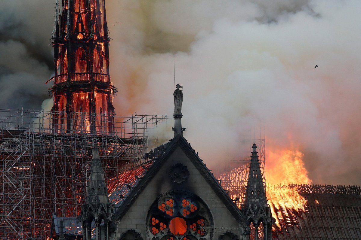 850 yıllık Notre-Dame Katedrali'nde yangın! - Sayfa 1