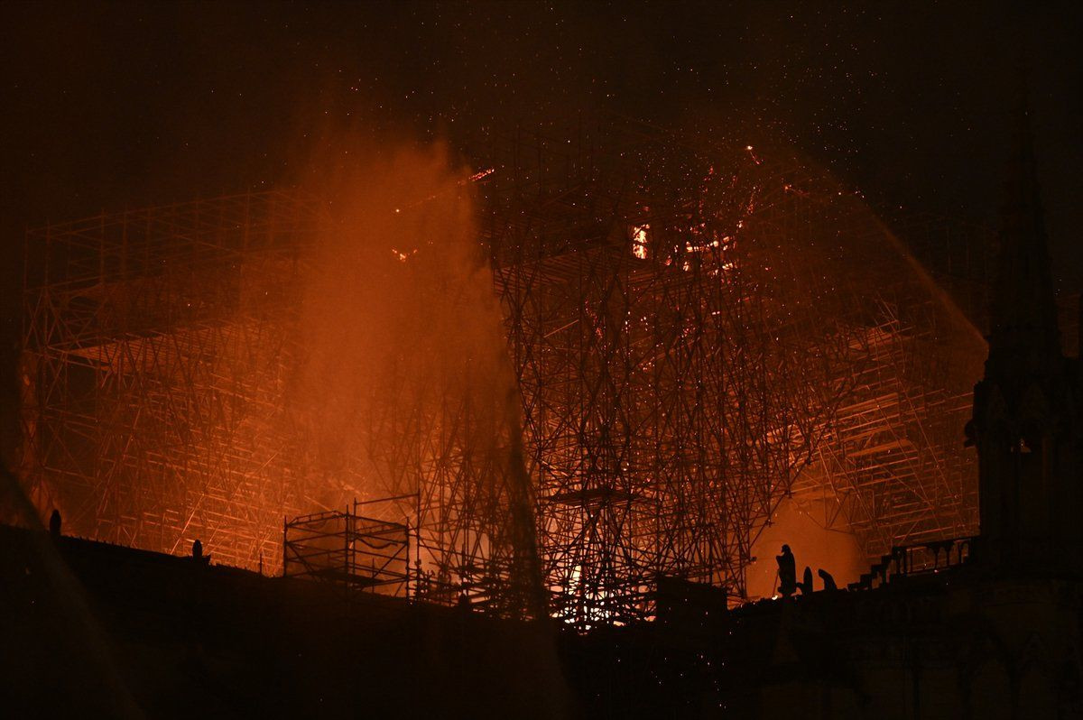 850 yıllık Notre-Dame Katedrali'nde yangın! - Sayfa 2