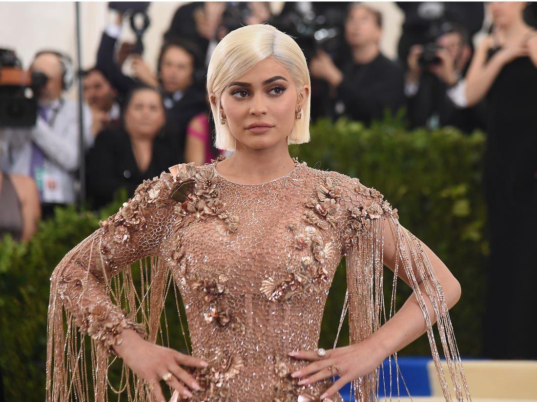 Kylie Jenner'ın kırmızı derin dekolteli elbisesi olay oldu - Sayfa 2