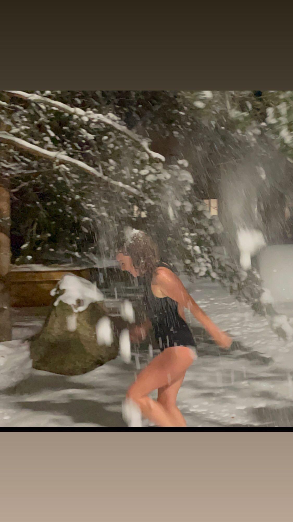 Ünlü sunucu mayoyla karlara atladı! - Sayfa 1
