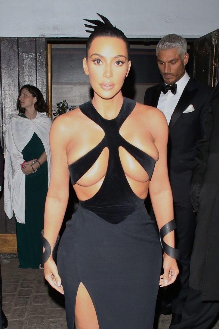 Kim Kardashian yine yapacağını yaptı! Kıyafetinin göğüs detayı olay oldu - Sayfa 3