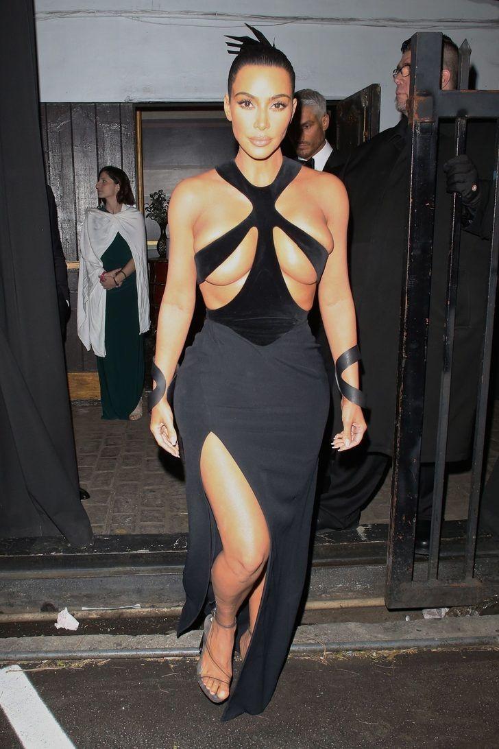 Kim Kardashian yine yapacağını yaptı! Kıyafetinin göğüs detayı olay oldu - Sayfa 4