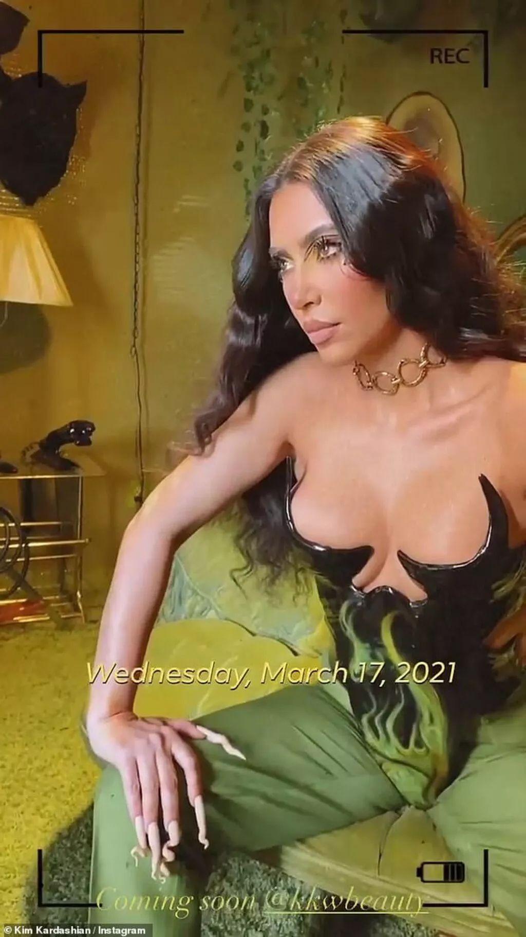 Kim Kardashian yine yapacağını yaptı! Kıyafetinin göğüs detayı olay oldu - Sayfa 1