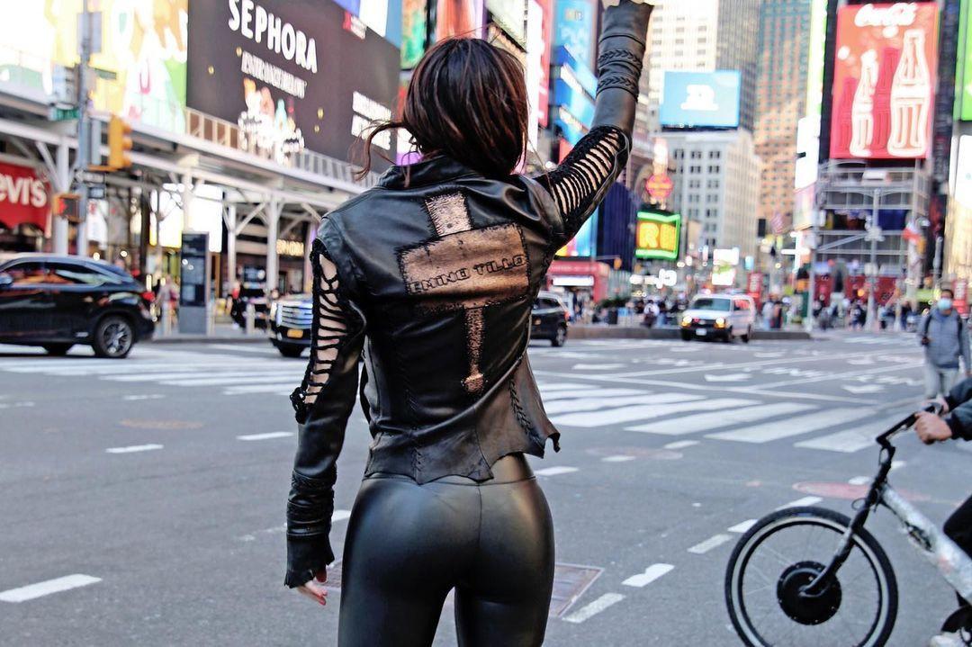 Defne Samyeli'den New York caddelerinde deri kıyafetli pozlar! - Sayfa 2