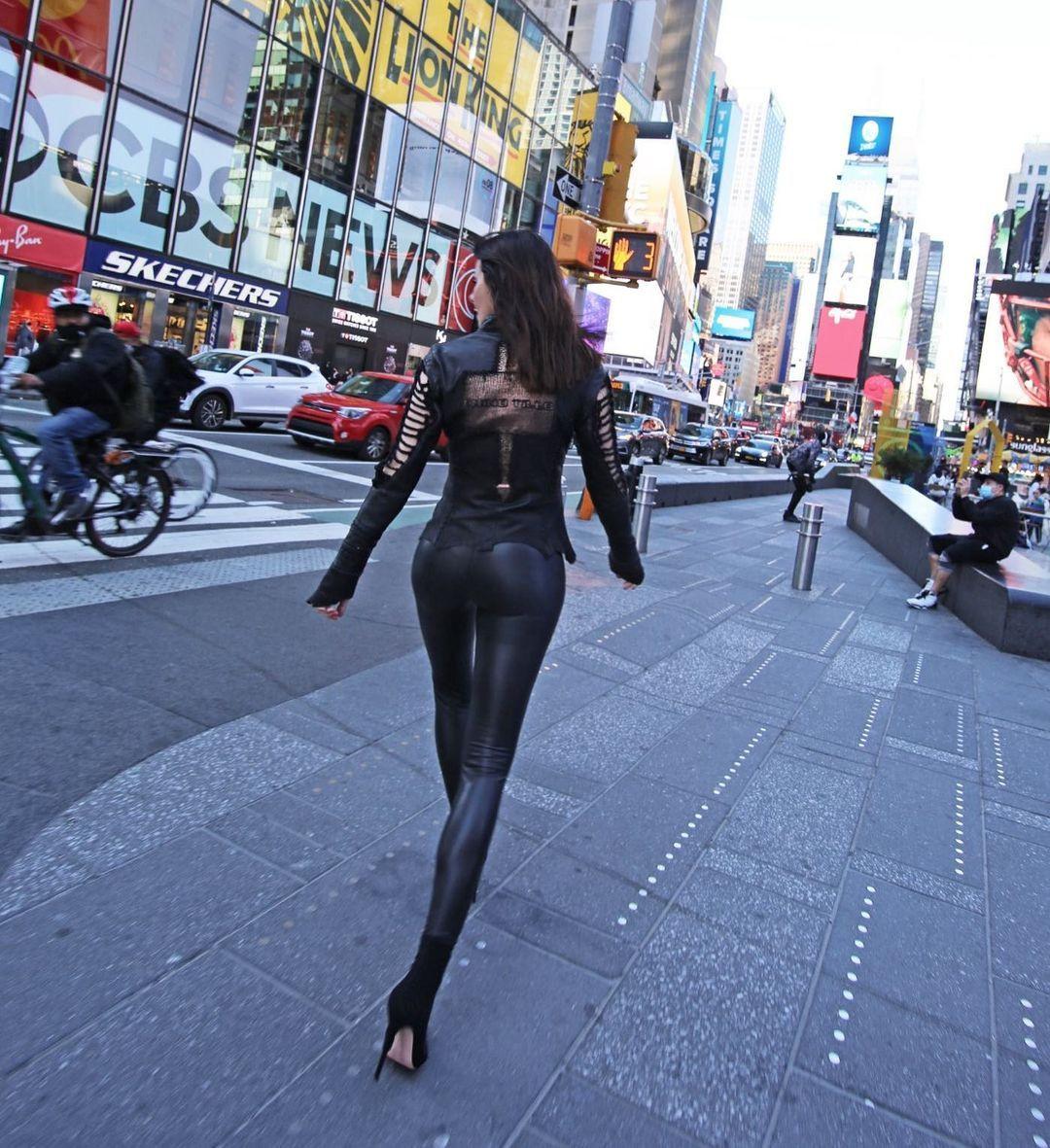 Defne Samyeli'den New York caddelerinde deri kıyafetli pozlar! - Sayfa 3