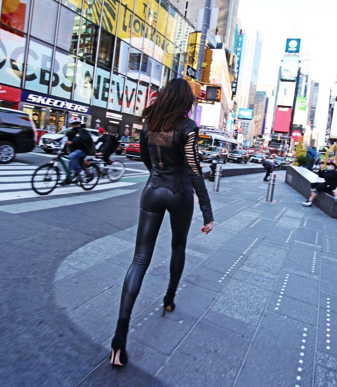 Defne Samyeli'den New York caddelerinde deri kıyafetli pozlar! - Sayfa 4