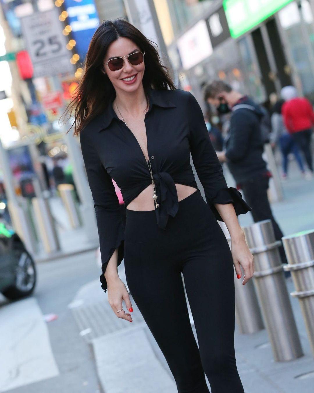 Defne Samyeli'den New York caddelerinde deri kıyafetli pozlar! - Sayfa 1