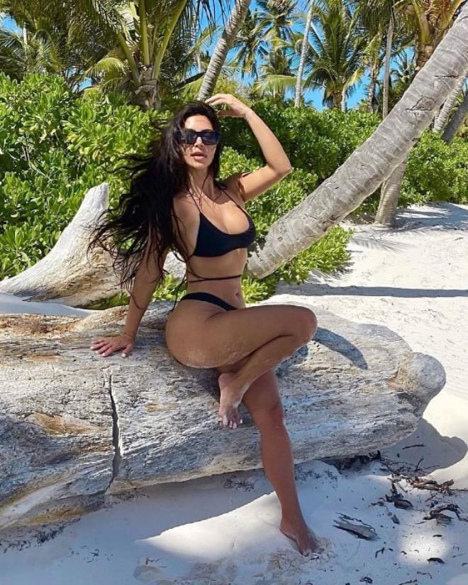 Mini bikinisiyle poz veren Kim Kardashian ayaklarıyla dalga konusu oldu - Sayfa 3