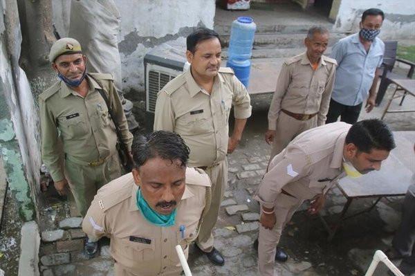 Hindistan'da koronavirüse karşı tuhaf çözüm! Düdüklü tencereden buhar soludular