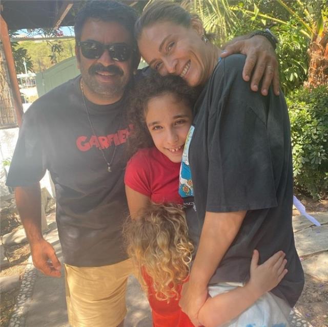 Ceyda Düvenci plajda aşka geldi! Eşi Bülent Şakrak'ı öpücükleri boğdu…